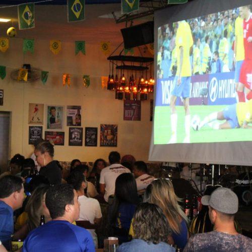 Bar lota ao prometer rodada de cerveja grátis a cada queda do Neymar e diverte público em Teresina