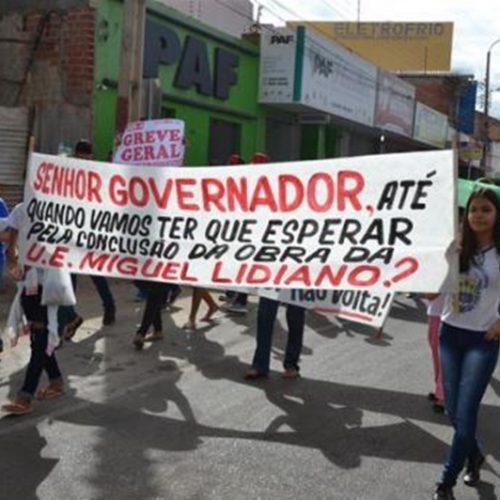Professores e alunos da rede estadual realizam caminhada pelas ruas de Picos