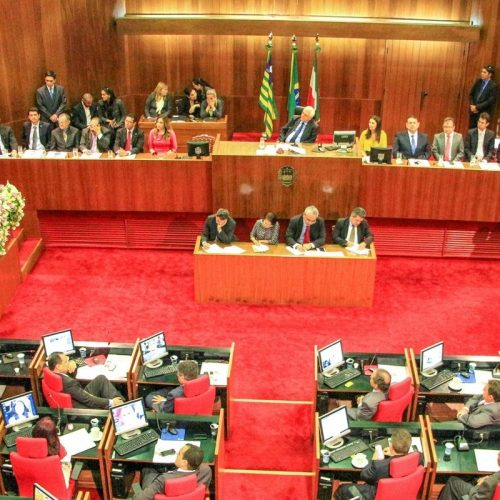 Deputados derrubam veto do governador e autorizam aumento salarial para professores