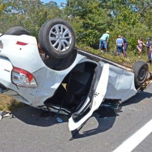 Carro capota no Norte do Piauí e deixa cinco pessoas feridas