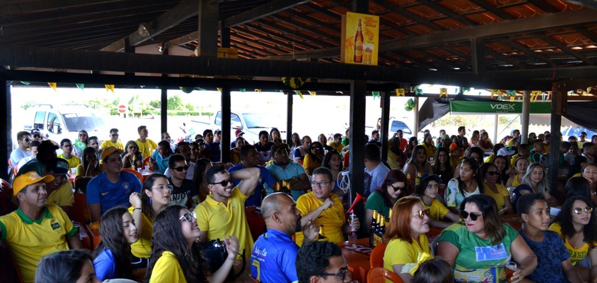 Torcida lota o Restaurante Tem Tempero para assistir ao jogo do Brasil na Copa; Veja fotos