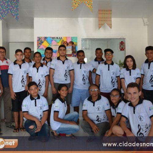 Prefeito de Jaicós faz entrega de uniformes para alunos da Escola de Música