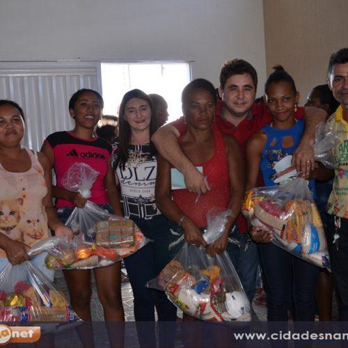 Prefeito Valdinar distribui 700 cestas básicas para famílias carentes em Padre Marcos