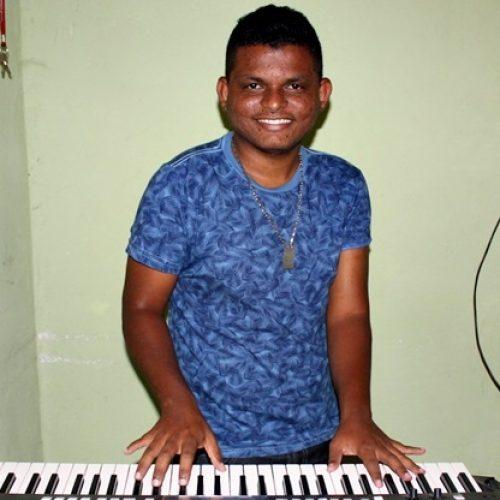 """Jovem jaicoense quer realizar sonho de ser cantor para ajudar os pais """"É por eles que eu luto"""", diz Luciano"""