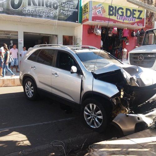 Após colidir contra poste condutor abandona veículo e foge em Picos