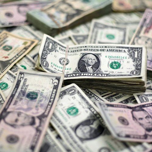 Dólar sobe forte nesta sexta e chega a R$ 3,95 com exterior e cena eleitoral local
