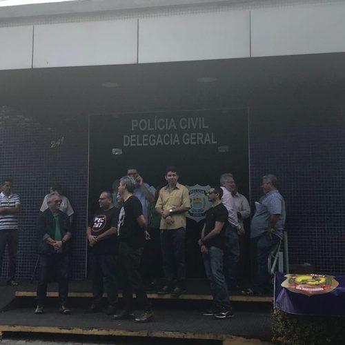 Policiais civis fazem protesto por gratificações que foram descontadas após greve