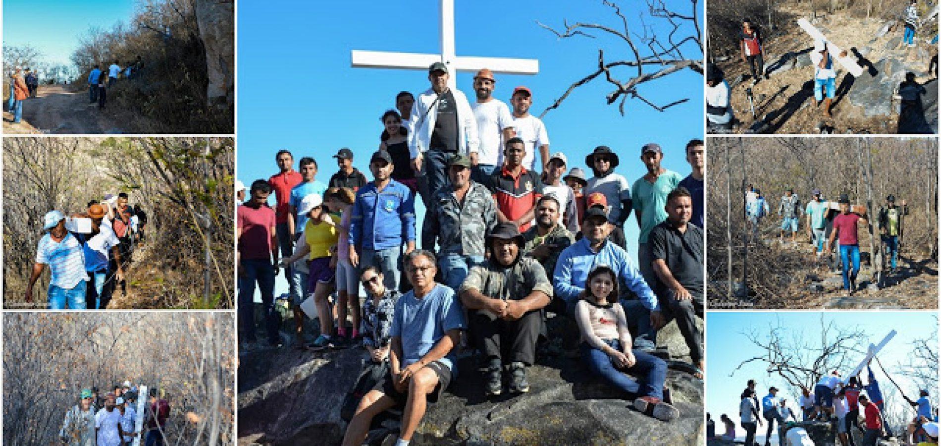 FRONTEIRAS | Em ato religioso, fiéis católicos colocam novo cruzeiro no morro do bairro Acampamento