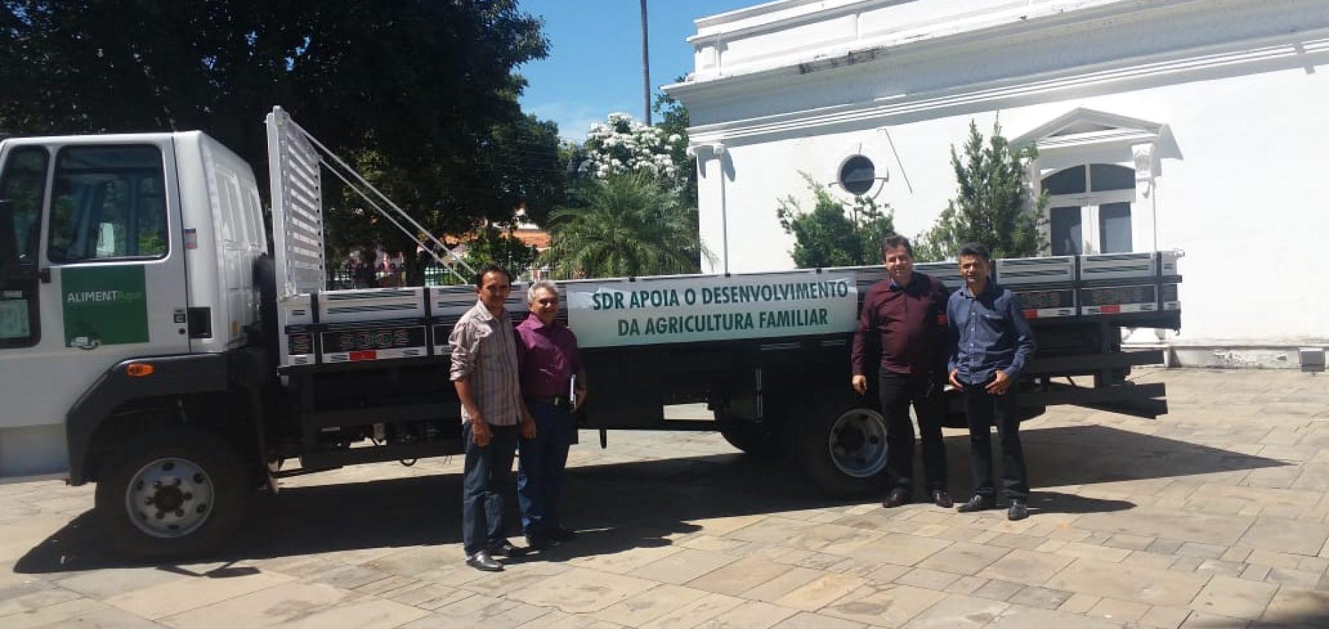 Padre Marcos recebe caminhão para a agricultura familiar