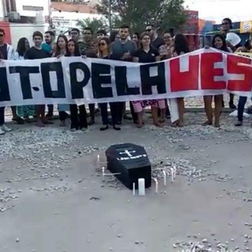 Estudantes fazem 'velório simbólico' em protesto por falta de estrutura na Uespi