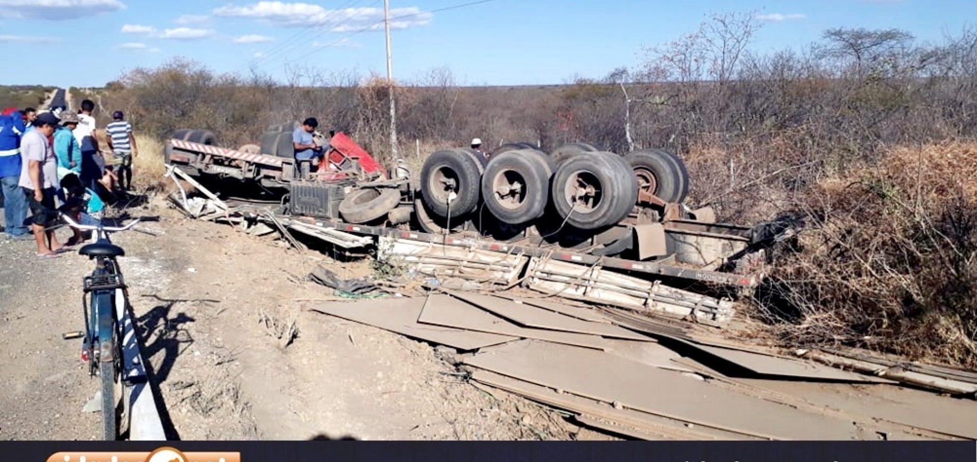 CAMPO GRANDE | Motorista perde controle e caminhão carregado de madeira tomba na BR – 316; fotos