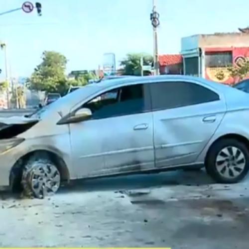 Carro desgovernado colide em bomba de combustível e causa princípio de incêndio