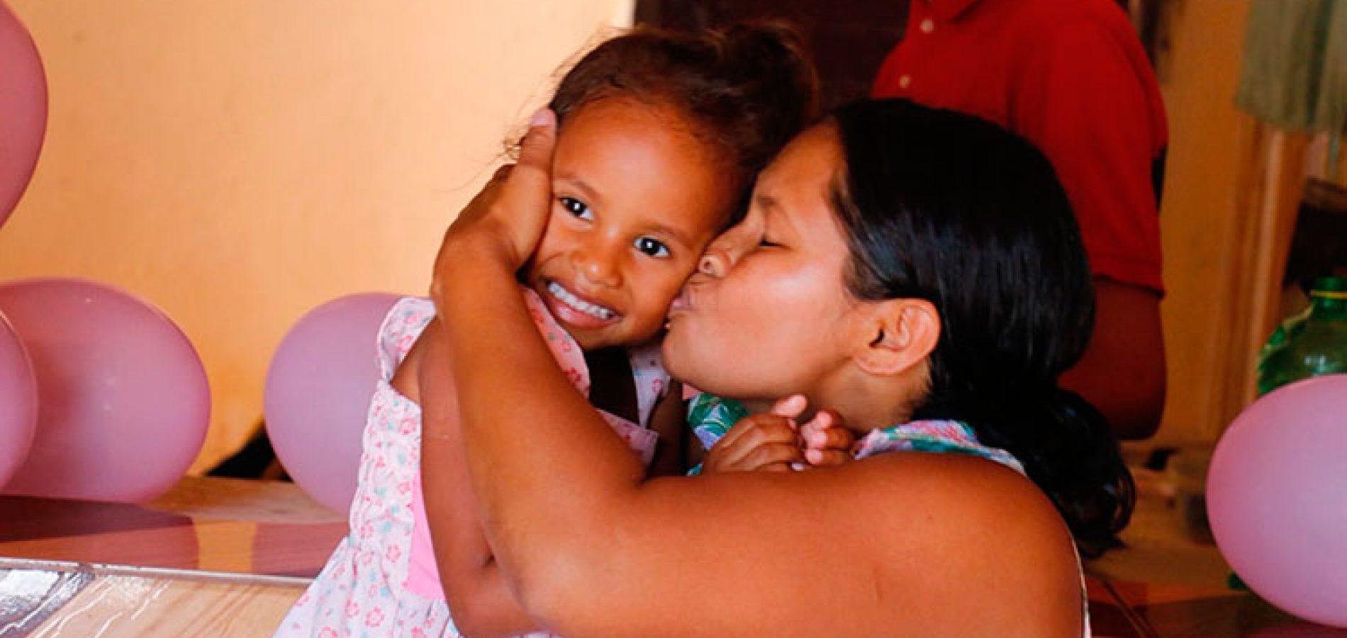 Criança vítima de bala perdida ganha festa e família pede paz
