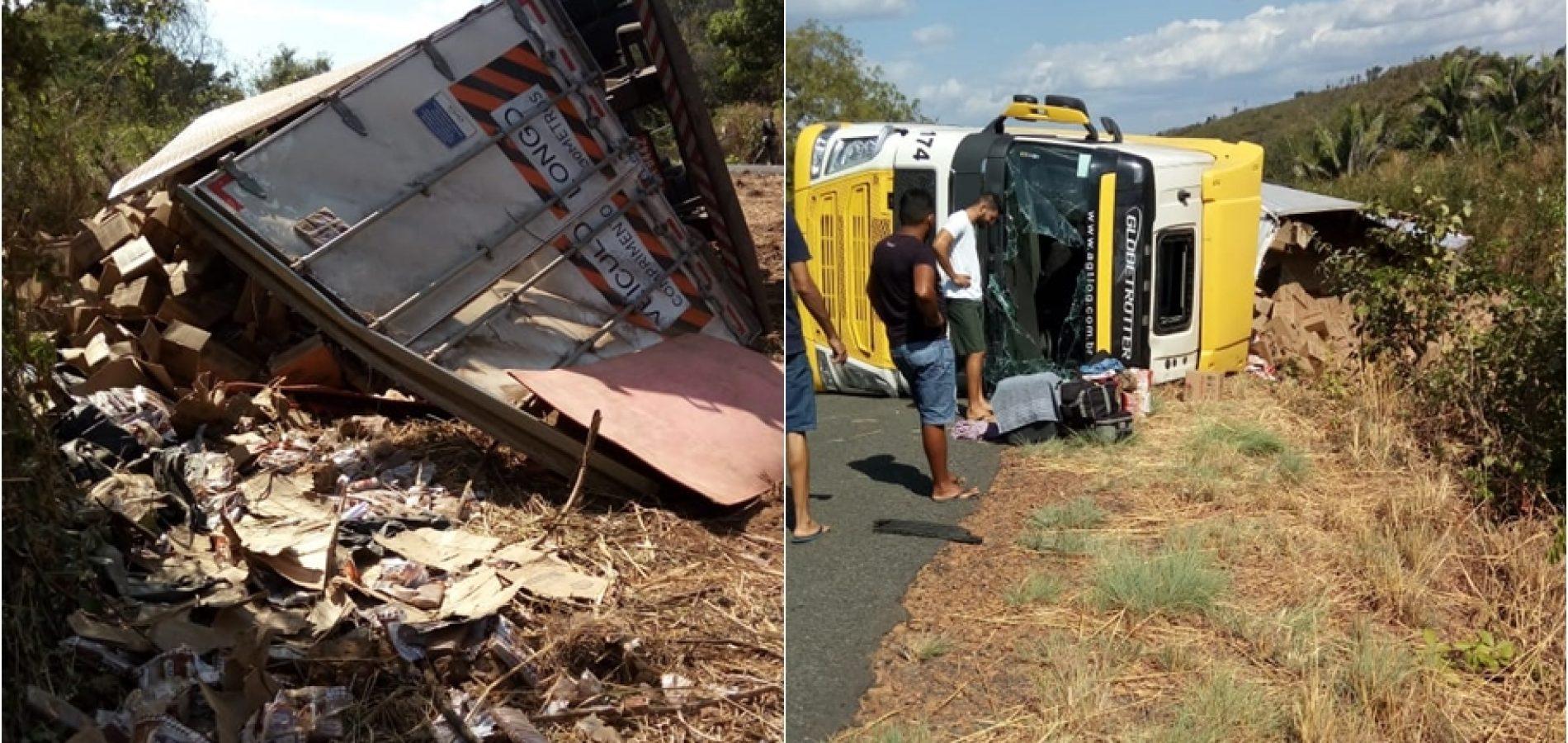 Caminhão carregado de biscoitos tomba e carga é saqueada na BR 316