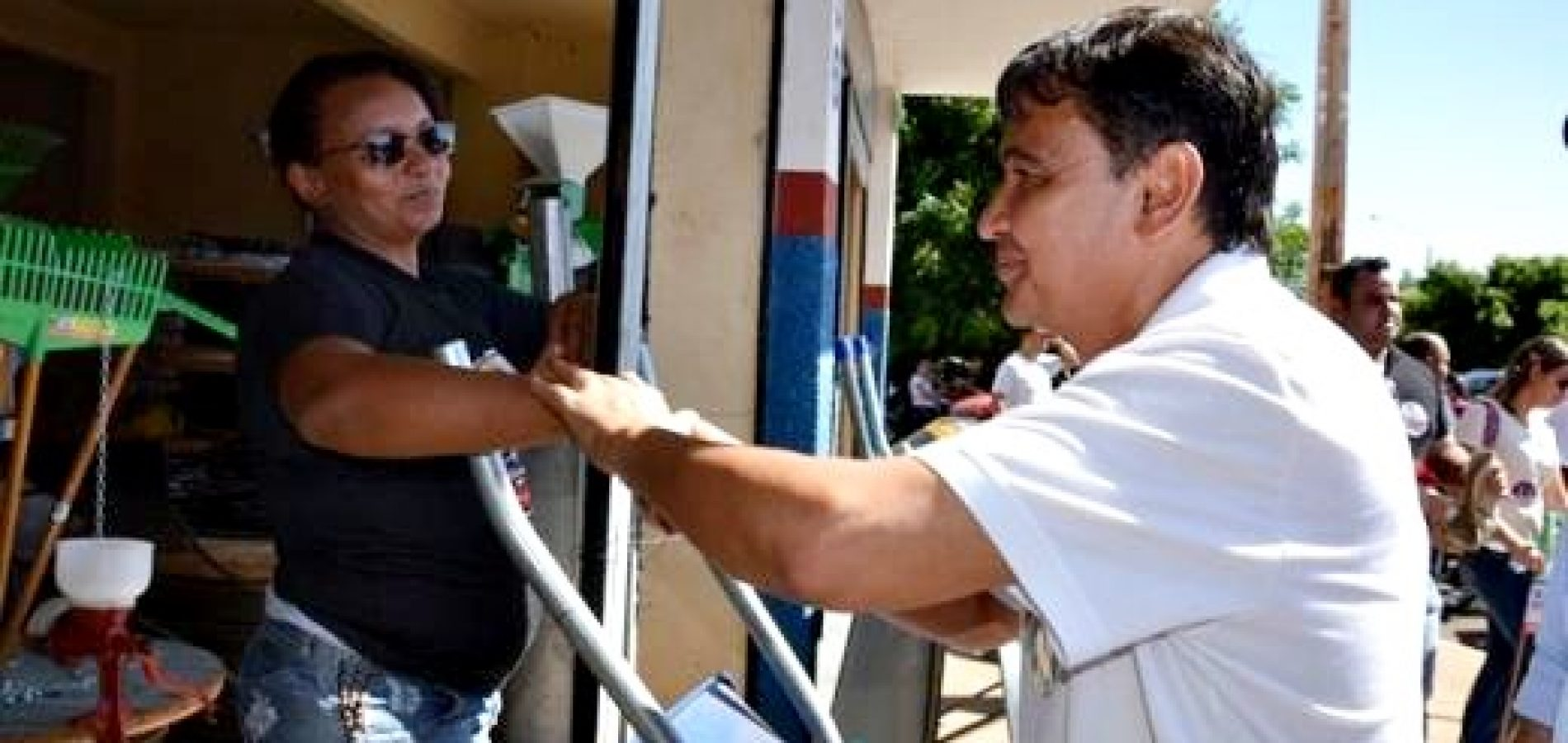 """PICOS   Governador Wellington Dias faz campanha """"corpo a corpo"""" em Picos"""