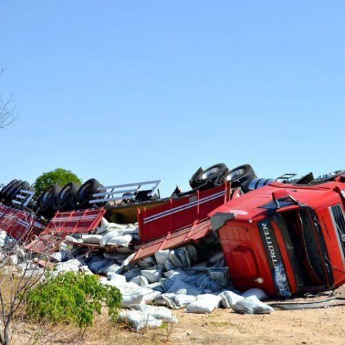 JAICÓS | Carreta carregada de ração tomba na PI 229 e motorista fica ferido; fotos