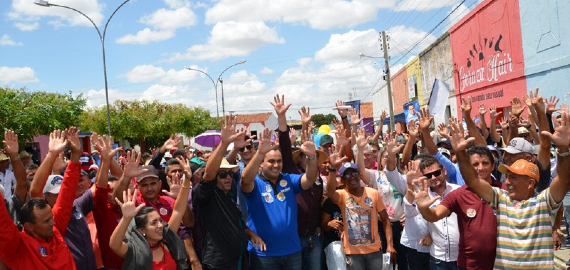 Acompanhado de centenas de pessoas e novas adesões políticas, prefeito de Padre Marcos recepciona deputado Georgiano Neto