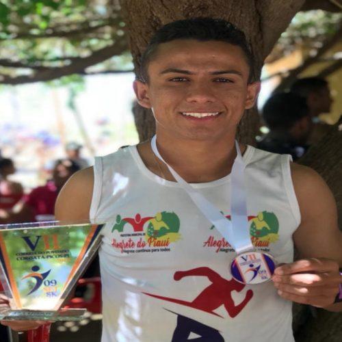 Atleta alegretense conquista troféu na 8ª maratona do povoado Coroatá em Picos