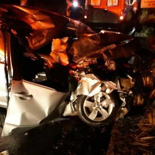 Colisão de carro com caminhão deixa jovem gravemente ferida no Piauí