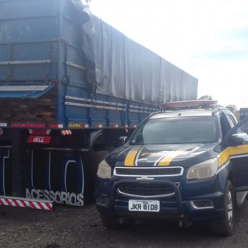 PRF apreende caminhão com 60 toneladas de madeira ilegal em Picos