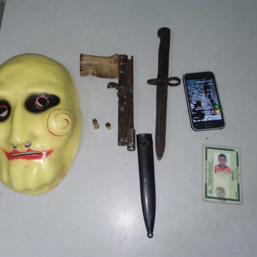 Polícia prende jovem suspeito de realizar assaltos usando máscara do 'Jogos Mortais'