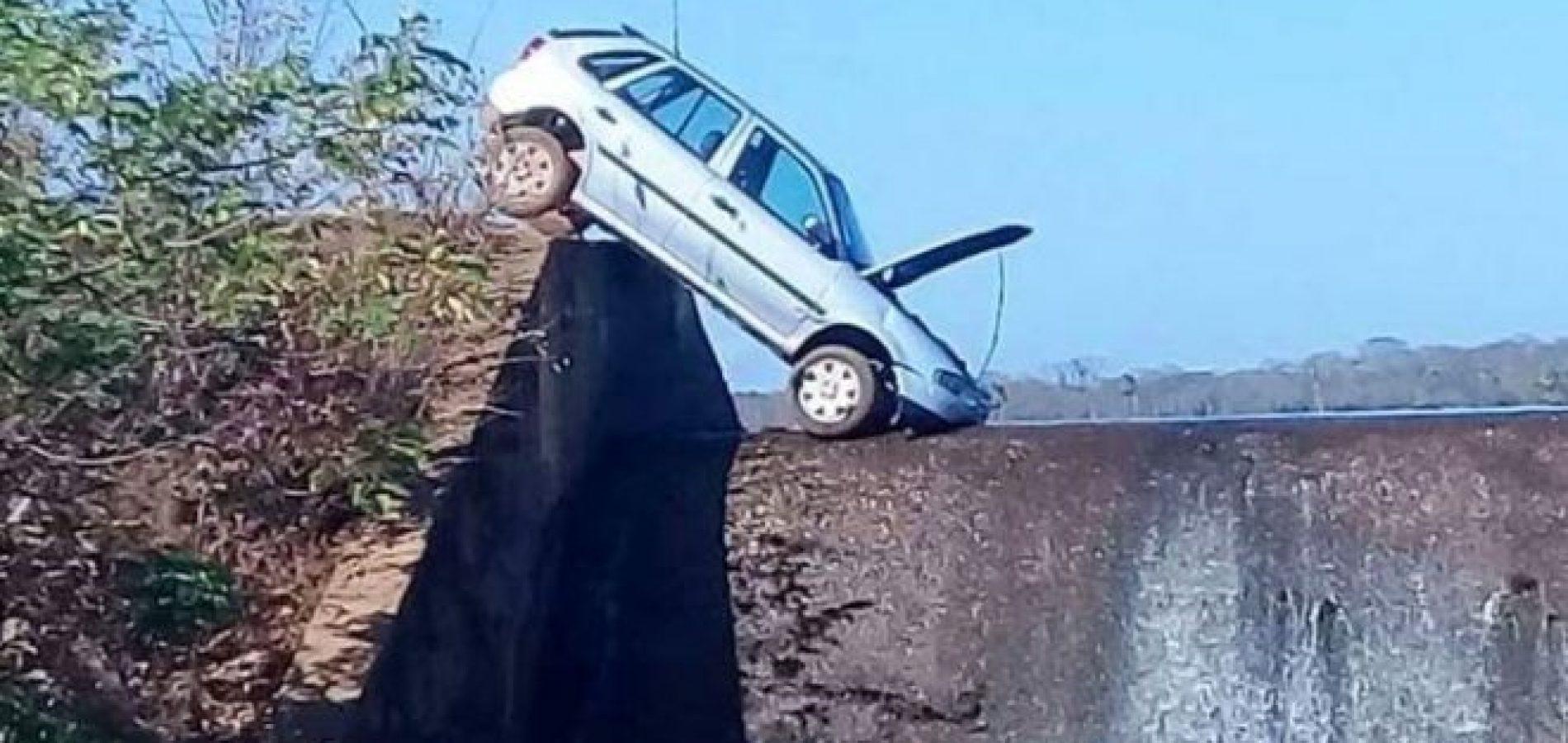 Turista perde controle de direção e carro fica preso em barragem no Piauí