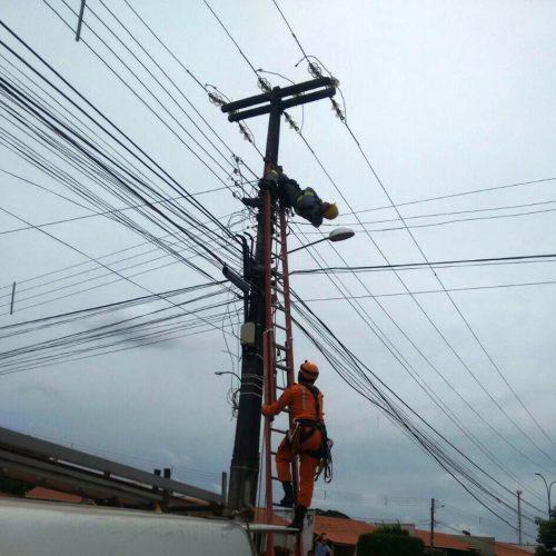 Homem morre após levar choque e cair de poste no Piauí