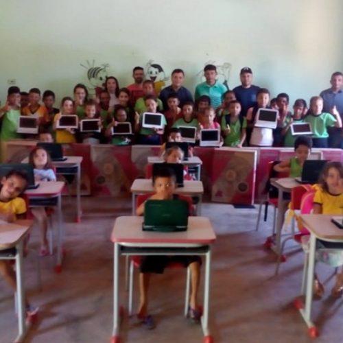 Prefeito de Vera Mendes faz entrega de 24 laptops e 10 ventiladores para escola da zona rural
