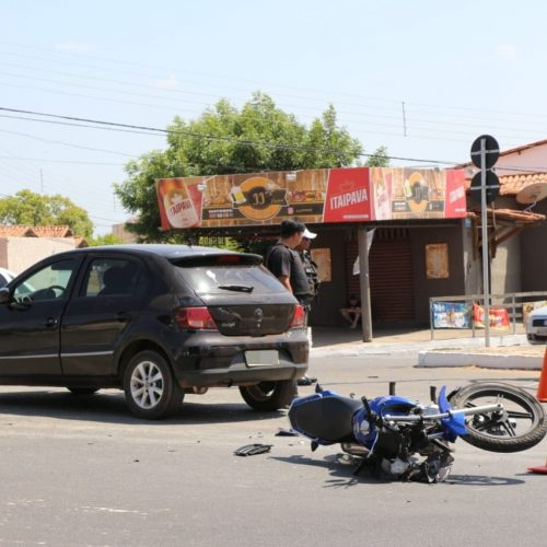 Jovem fica ferido após colisão entre carro e moto no Piauí