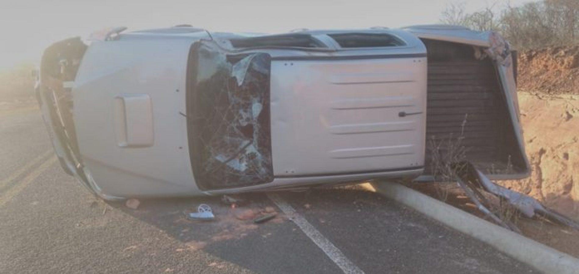 Motorista perde controle e capota caminhonete Hilux em curva na PI 245