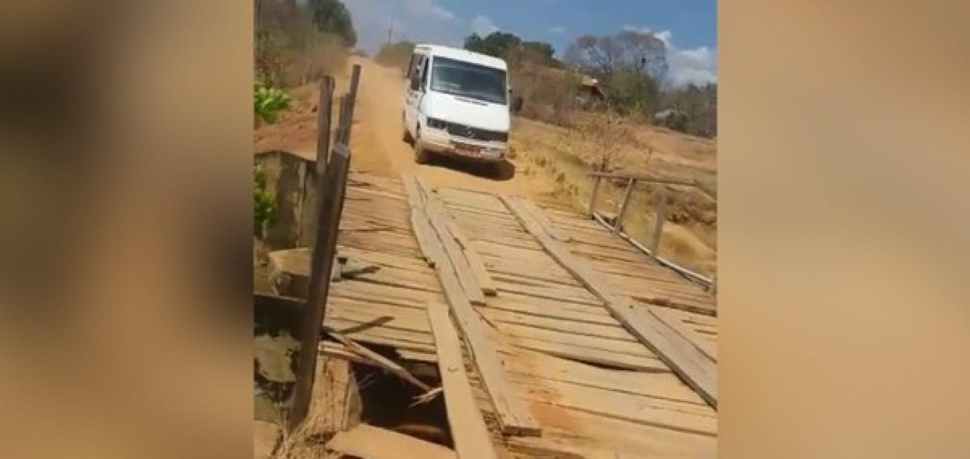 Alunos se arriscam em travessia de transporte escolar sobre ponte de madeira