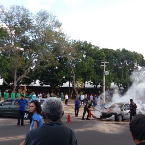 Veículo pega fogo na Universidade Federal do Piauí