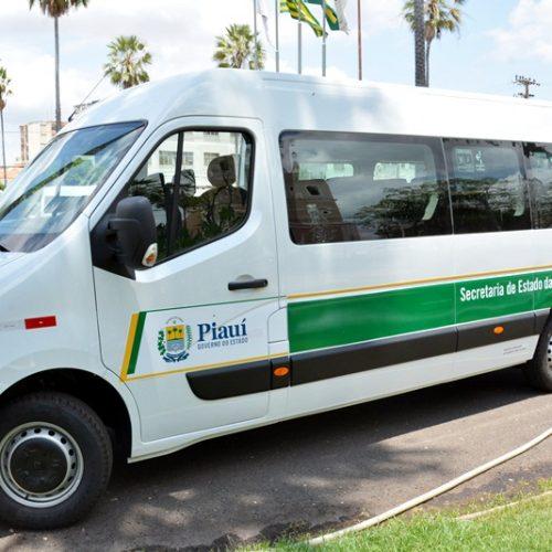 Prefeito Mirim recebe van com 17 lugares para o município de Conceição do Canindé