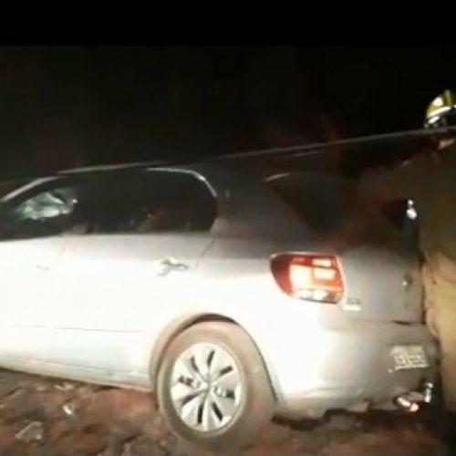 Automóvel colide com poste e mulher fica presa às ferragens no Piauí