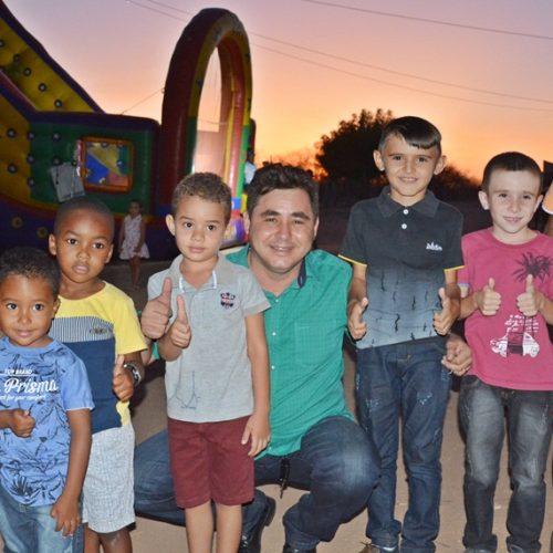 Prefeito Valdinar leva alegria e diversão para crianças na comunidade Barra