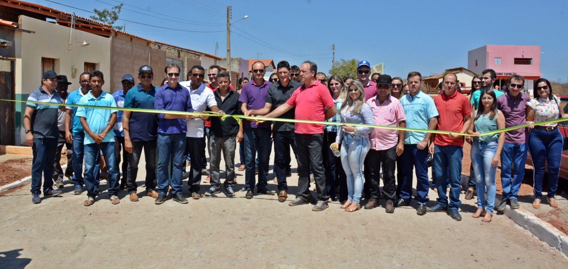 MASSAPÊ | Prefeito Chico Carvalho inaugura calçamento, poços tubulares e entrega ambulância em povoado