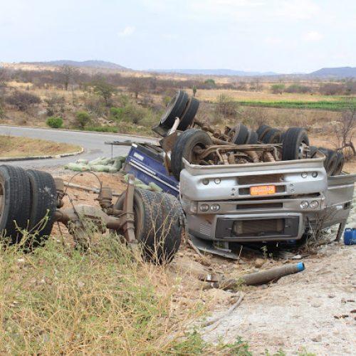Carreta carregada de cimento tomba entre Queimada Nova e Acauã