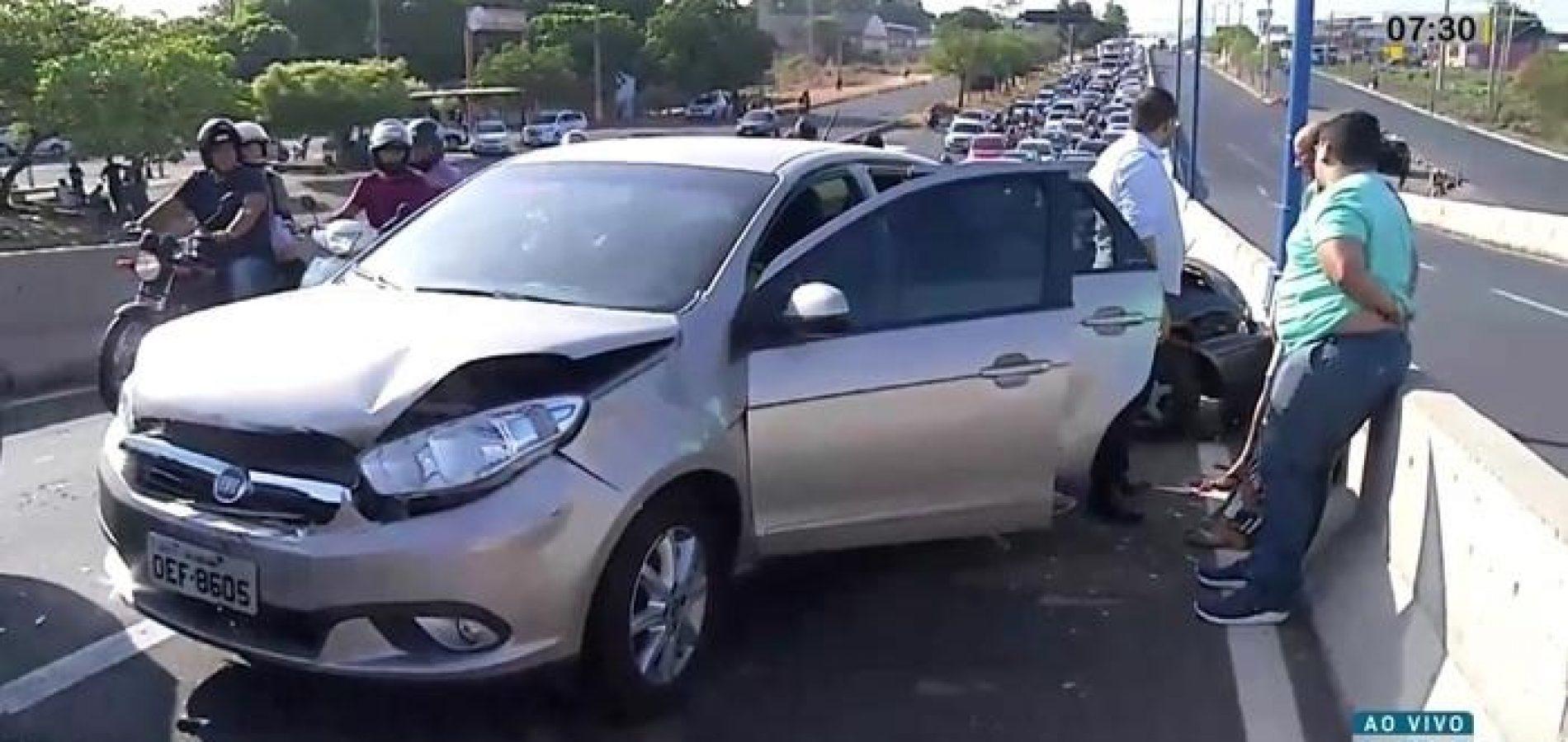 Colisão entre carros interdita parcialmente viaduto no Piauí