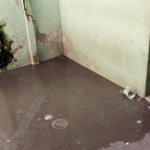Dejetos de fossa invadem cela de presos em Picos