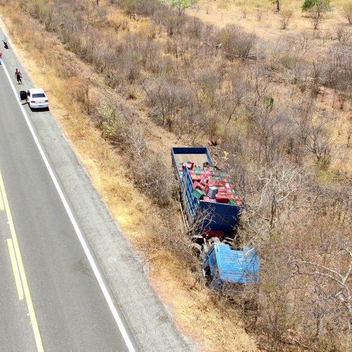 Problema mecânico causa acidente com caminhão na BR 407, em Jaicós