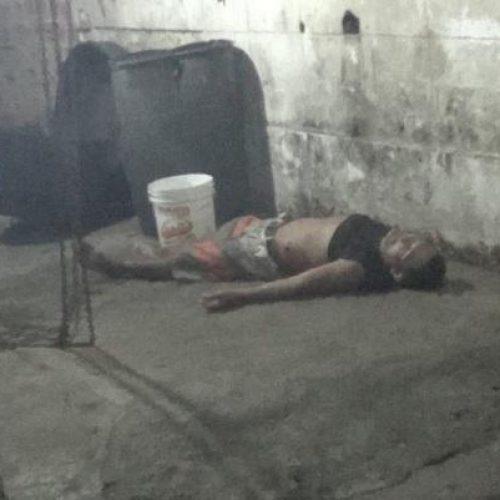 Mulher dá banho em corpo de marido após matá-lo a facadas