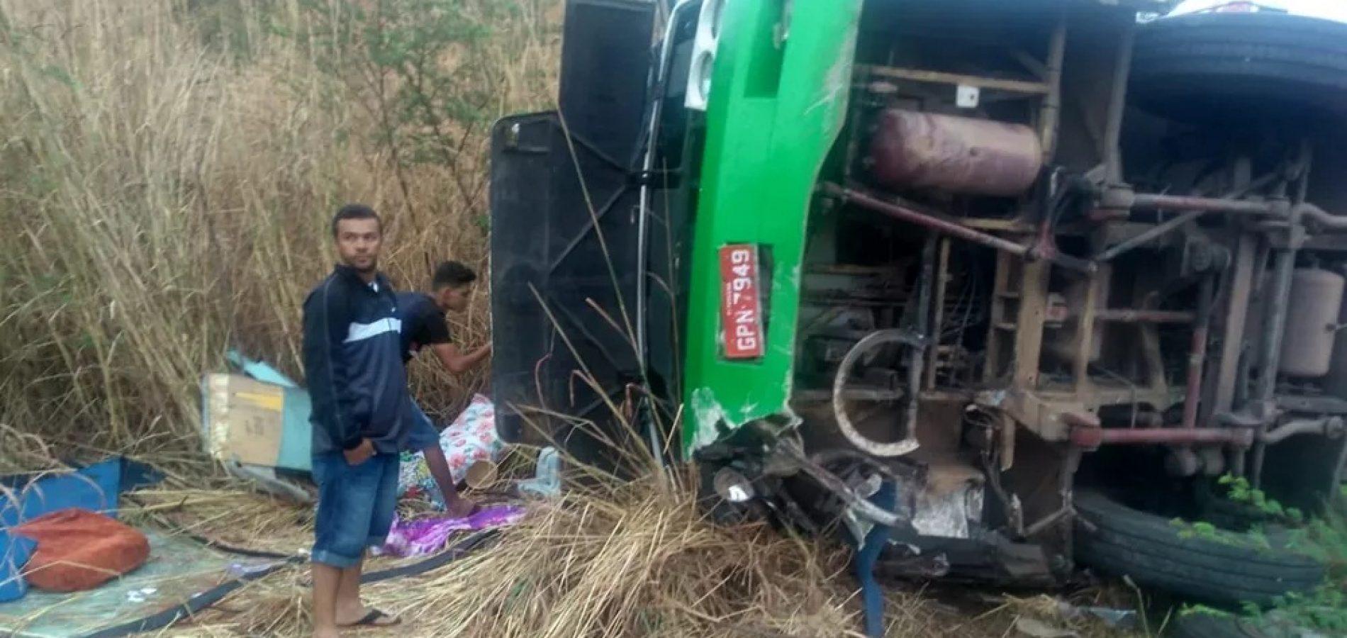 Ônibus de romeiros do Piauí capota e deixa pelo menos dois mortos no Ceará