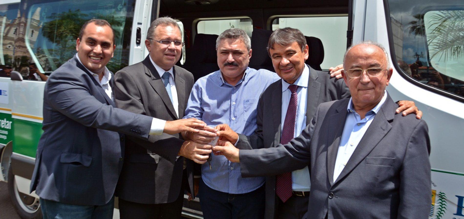 SIMÕES   Prefeito Zé Ulisses recebe veículo de 17 lugares e melhora serviços de saúde