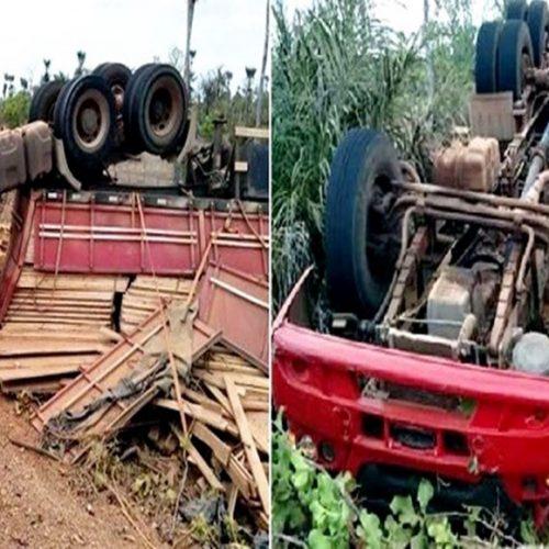 Motorista 'sobra' em curva e tomba com carga de madeira no Norte do Piauí