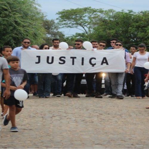Durante sepultamento, amigos e familiares de Rayron fazem protesto silencioso por justiça