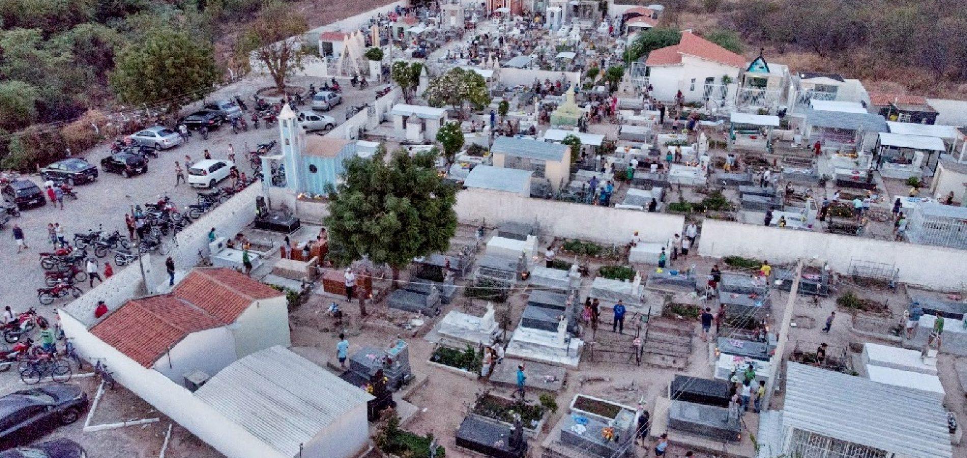 FRONTEIRAS   Centenas de pessoas visitam o cemitério neste Dia de Finados