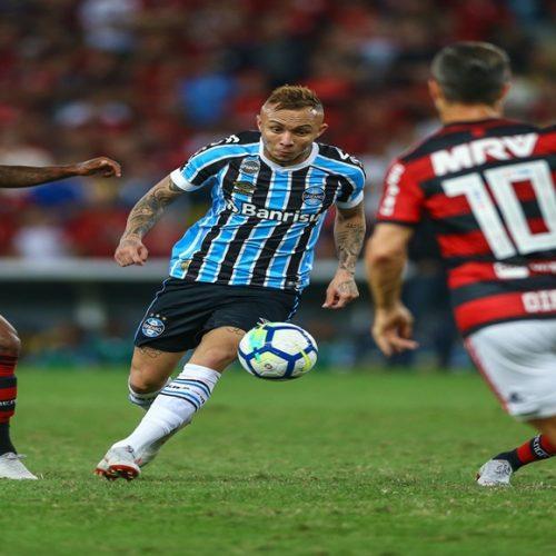 Flamengo vence Grêmio e segue vivo na briga pelo título brasileiro