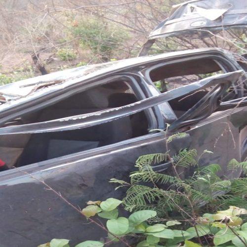 Carro capota e quatro pessoas ficam presas às ferragens em Oeiras