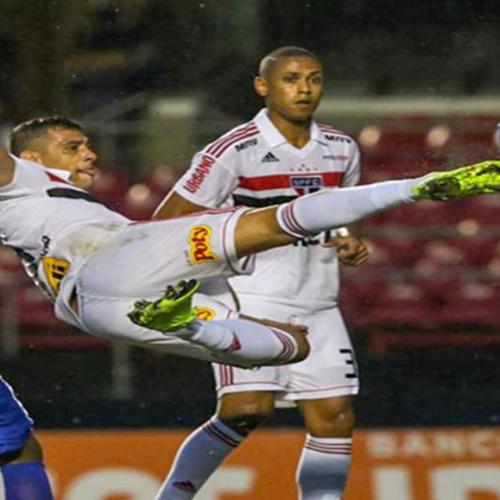 Com golaço de Diego Souza, São Paulo bate Cruzeiro e se garante na Libertadores