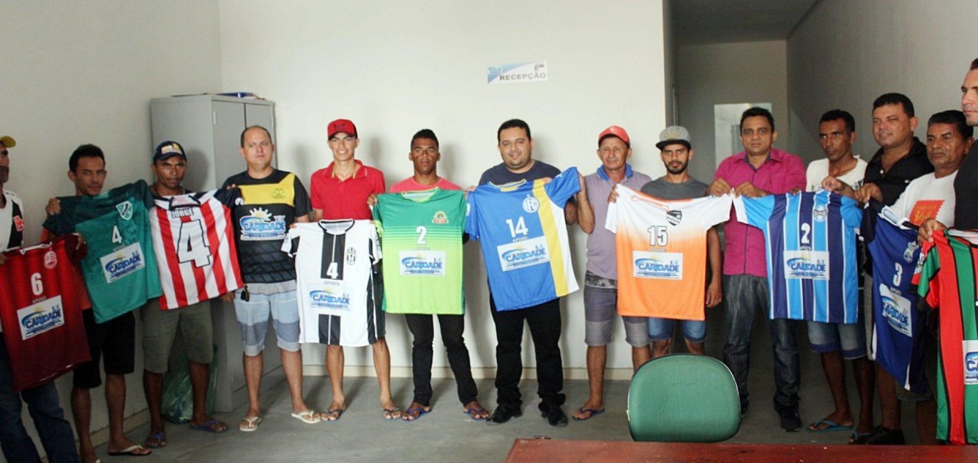 Prefeito Toninho entrega uniformes para 12 times que irão disputar Campeonato Municipal de Caridade